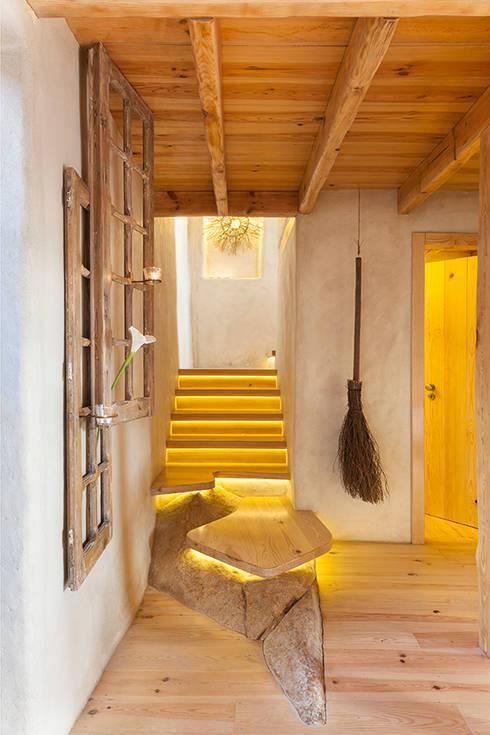 Pasillos y hall de entrada de estilo  por pedro quintela studio