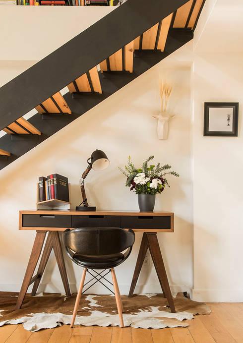 Vestíbulos, pasillos y escaleras de estilo  de Ploka 8.7