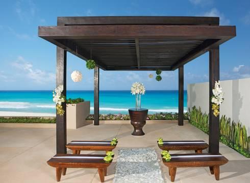 Secrets the vine. Cancún: Jardines de estilo clásico por Marbol industria Mueblera