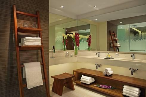 Secrets the vine. Cancún: Vestidores y closets de estilo clásico por Marbol industria Mueblera