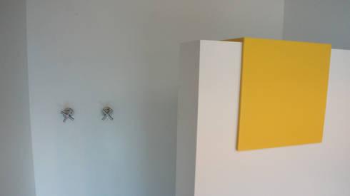 Recubrimiento del área de regadera en Superficie Sólida Corian®: Paredes y pisos de estilo minimalista por Mefa de México