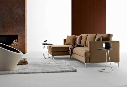 Sofás com chaiselongue Sofas with chaiselongue www.intense-mobiliario.com Marum http://intense-mobiliario.com/product.php?id_product=5571: Sala de estar  por Intense mobiliário e interiores;