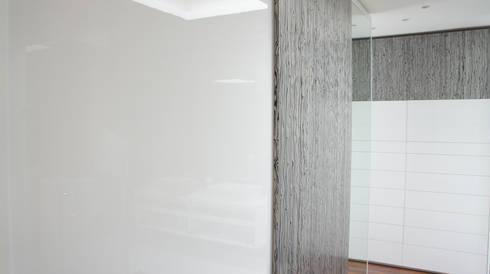 Puertas soft-close alto brillo y puertas en chapa precompuesta.: Vestidores y closets de estilo minimalista por Mefa de México