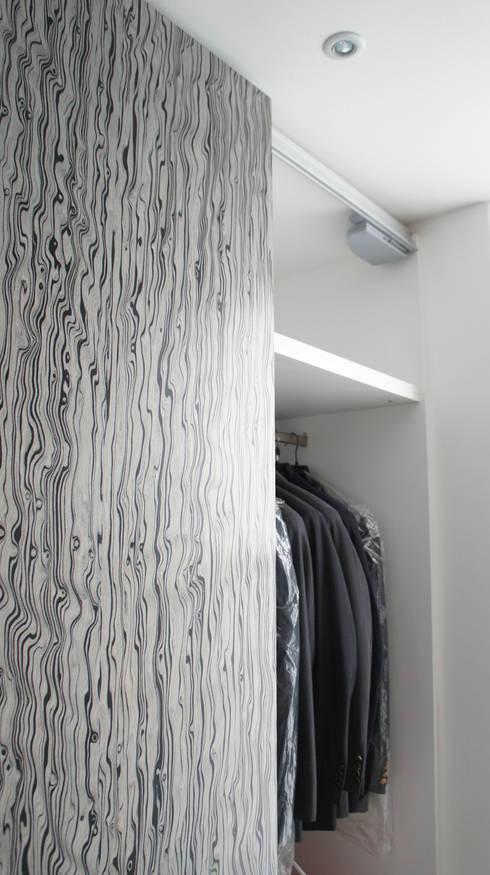 """Detalle """"soft close"""" en puerta corrediza.: Vestidores y closets de estilo minimalista por Mefa de México"""