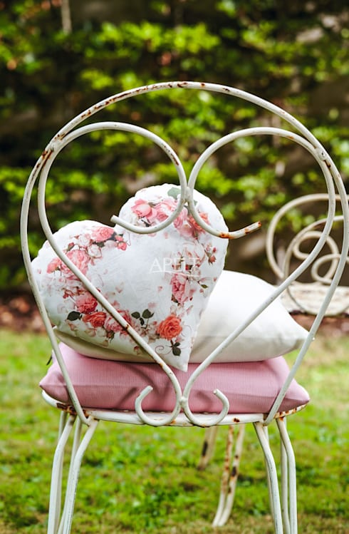 romantisches Herzkissen mit passenden Uni-Kissen:  Terrasse von homify