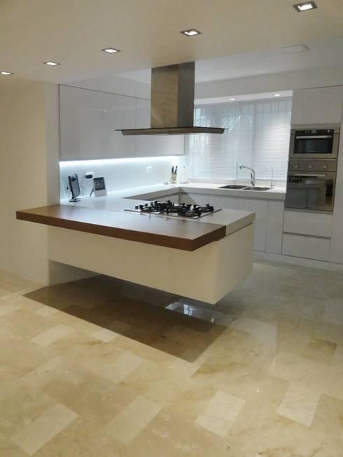 .: Cocinas de estilo minimalista por RRA Arquitectura
