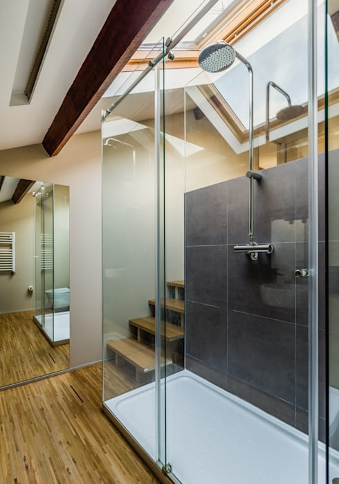 Baños de estilo  por XYZ Arquitectos Associados