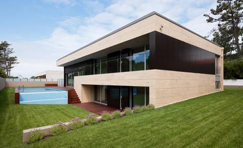 Casa AA_1: Casas modernas por XYZ Arquitectos Associados