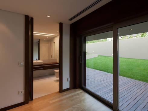 Casa AA_8: Quartos modernos por XYZ Arquitectos Associados