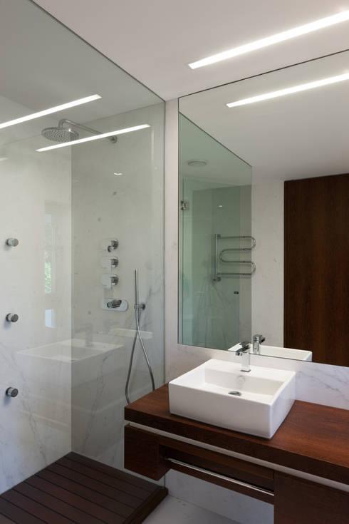 moderne Badezimmer von XYZ Arquitectos Associados