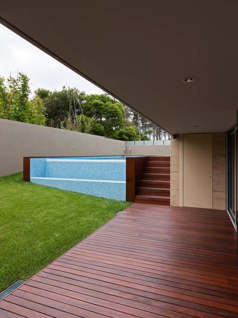 Casa AA_10: Piscinas modernas por XYZ Arquitectos Associados