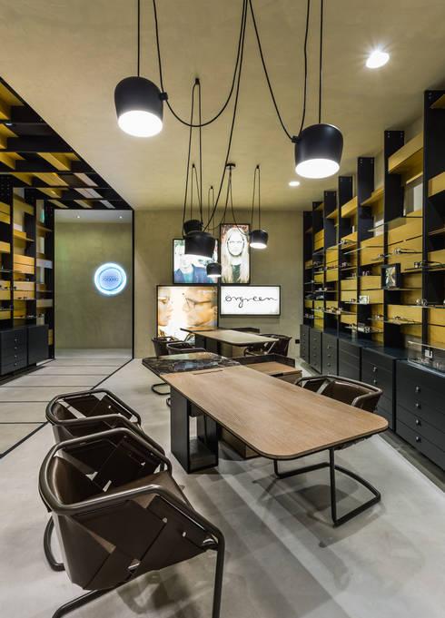 OMR_MTS2_9: Lojas e espaços comerciais  por XYZ Arquitectos Associados
