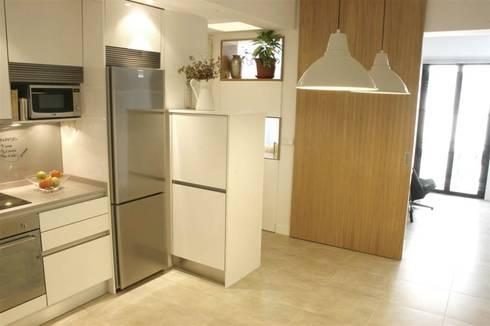 Vivienda pocos metros y bien distribuida: Cocinas de estilo minimalista por NAZAR Estudio