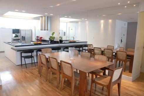 Sala de jantar integrada à Cozinha: Salas de jantar minimalistas por MONICA SPADA DURANTE ARQUITETURA