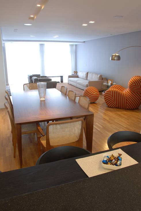 Jantar integrado ao Living 2: Salas de jantar minimalistas por MONICA SPADA DURANTE ARQUITETURA