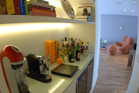Marcenaria Café-Bar : Adegas minimalistas por MONICA SPADA DURANTE ARQUITETURA