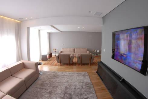 Sala Hometheater integrada ao Living 1: Salas multimídia minimalistas por MONICA SPADA DURANTE ARQUITETURA