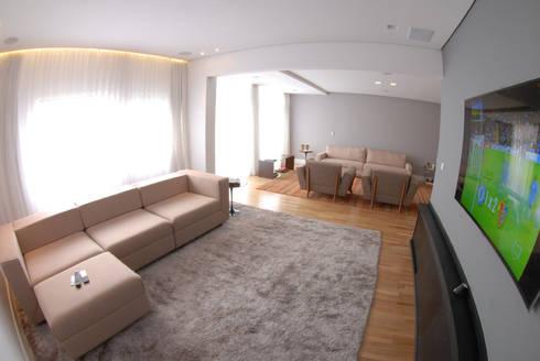 Sala Hometheater integrada ao Living 2: Salas multimídia minimalistas por MONICA SPADA DURANTE ARQUITETURA