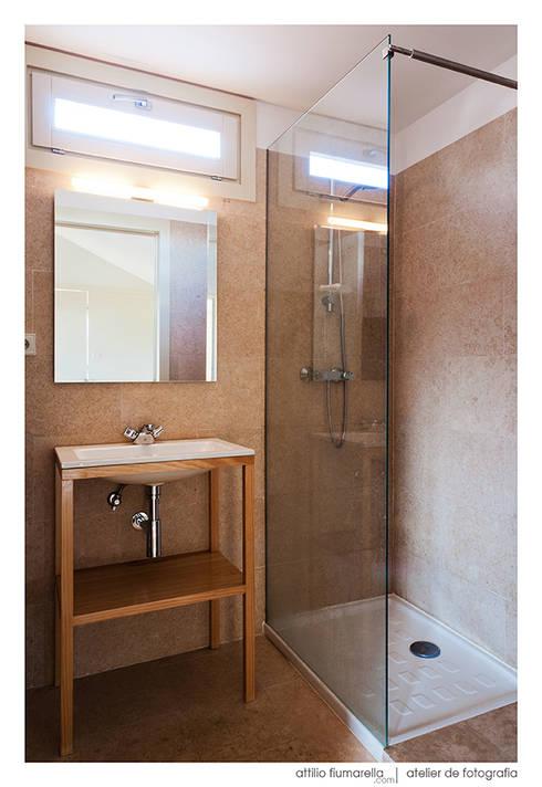 Casa do Pinheiro: Casas de banho modernas por BAAU - Bernardo Amaral Arquitectura+Urbanismo