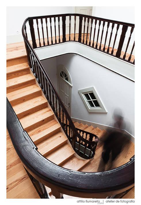 Casa do Pinheiro: Corredores e halls de entrada  por BAAU - Bernardo Amaral Arquitectura+Urbanismo