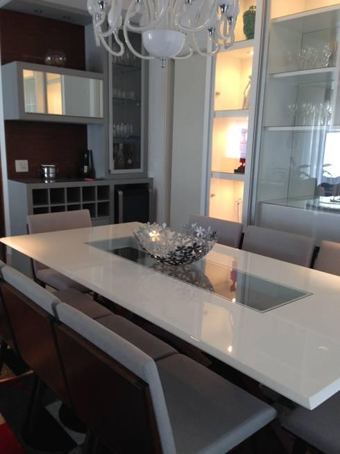 Sala de jantar Retro e Bar com adega projetado: Salas de jantar modernas por Laura Picoli