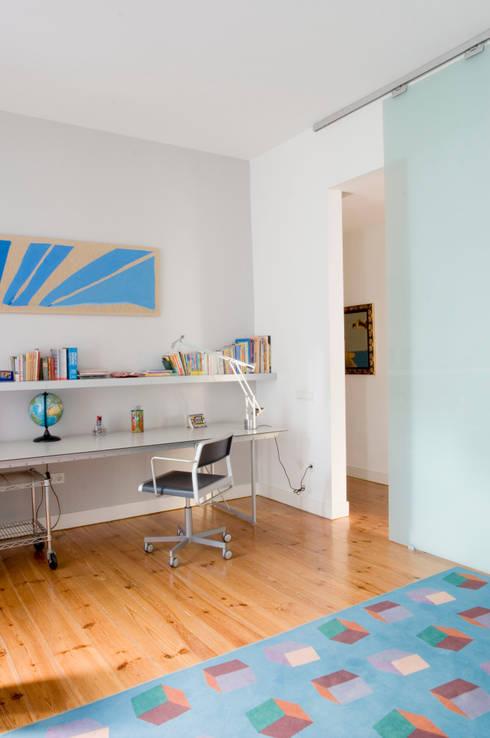 Casa JCSP_5: Quartos modernos por XYZ Arquitectos Associados
