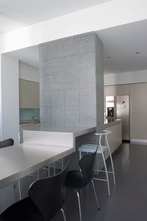 Casa JCSP_7: Cozinhas modernas por XYZ Arquitectos Associados