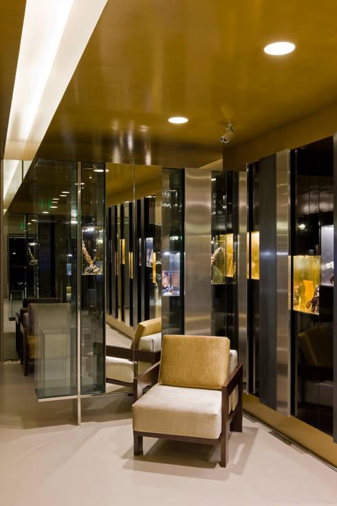OMR_SH_7: Lojas e espaços comerciais  por XYZ Arquitectos Associados
