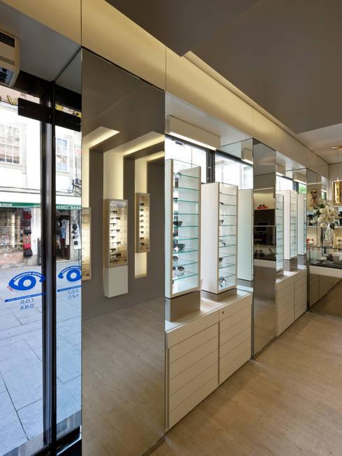 OO_4: Lojas e espaços comerciais  por XYZ Arquitectos Associados