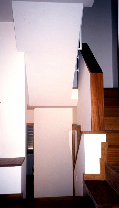 Interior: Corredores e halls de entrada  por MANUEL CORREIA FERNANDES, ARQUITECTO E ASSOCIADOS