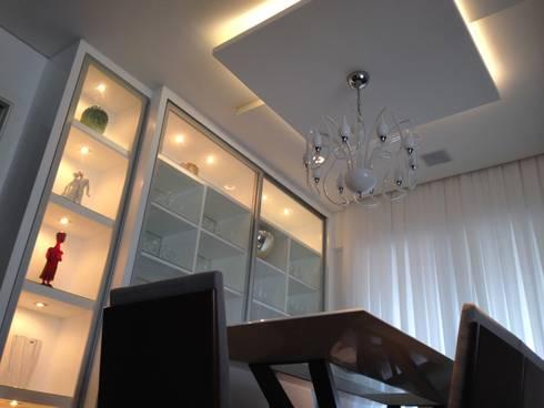Gesso e Iluminação da sala de jantar Retrô: Salas de jantar modernas por Laura Picoli