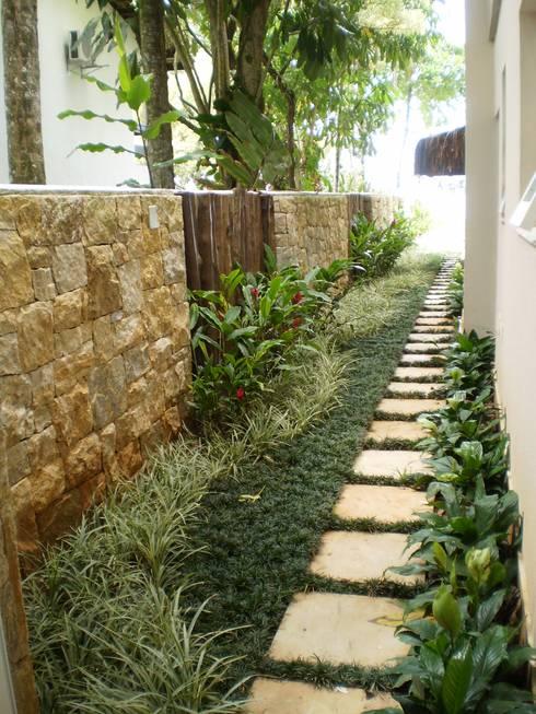 Residência em Juqueí – São Sebastião – SP: Jardins tropicais por ANALU ANDRADE - ARQUITETURA E DESIGN