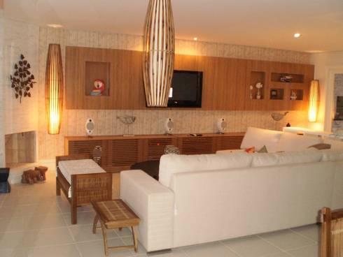 Residência em Juqueí – São Sebastião – SP: Salas de estar tropicais por ANALU ANDRADE - ARQUITETURA E DESIGN