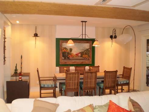 Residência em Juqueí – São Sebastião – SP: Salas de jantar tropicais por ANALU ANDRADE - ARQUITETURA E DESIGN