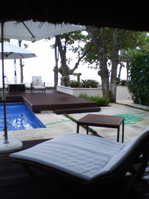 Residência em Juqueí – São Sebastião – SP: Piscinas tropicais por ANALU ANDRADE - ARQUITETURA E DESIGN