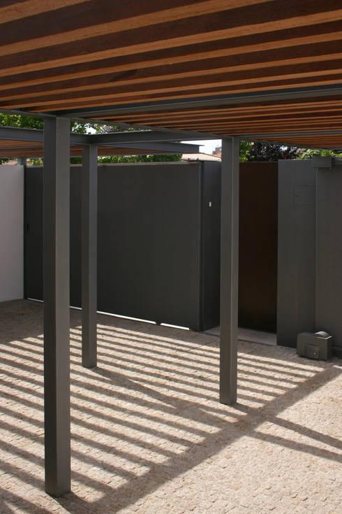Casa CS_6: Casas modernas por XYZ Arquitectos Associados