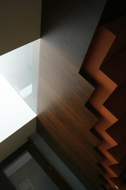 Casa CS_8: Corredores e halls de entrada  por XYZ Arquitectos Associados