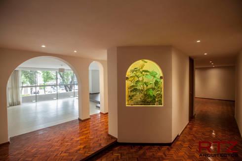 Vestibulo de entrada:  de estilo  por RTZ-Arquitectos