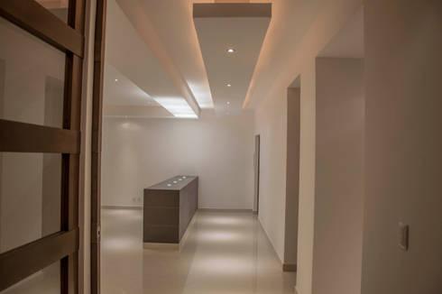 Vestibulo principal: Pasillos y recibidores de estilo  por RTZ-Arquitectos