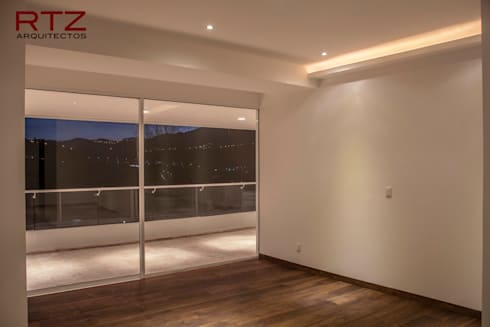 Recamara con piso de madera y cajillos de luz: Recámaras de estilo moderno por RTZ-Arquitectos