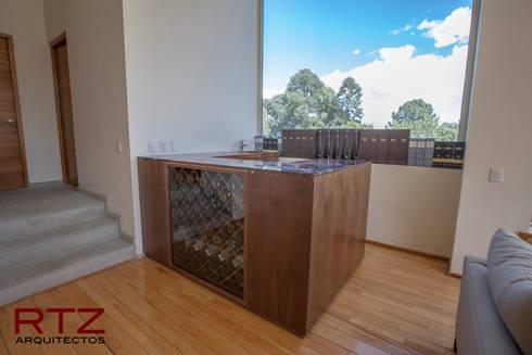 Mueble de bar en nogal con cubierta de marmol exotico: Comedor de estilo  por RTZ-Arquitectos