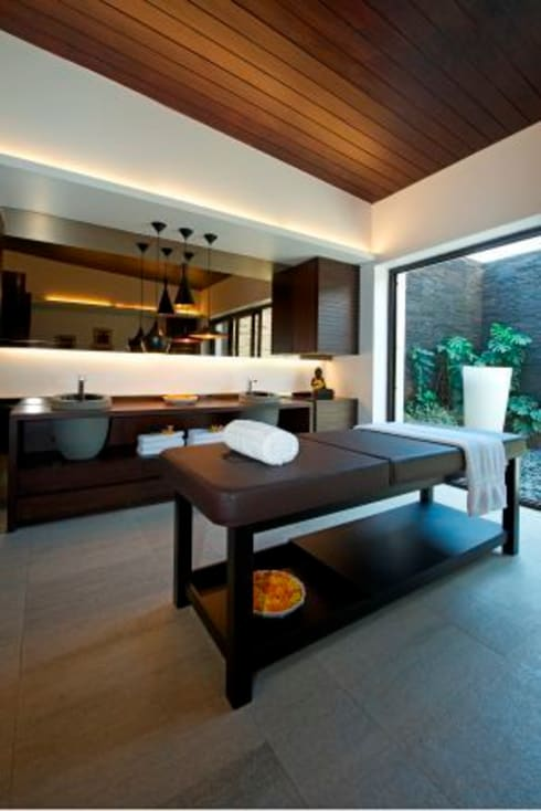 PA Villa : modern Bathroom by Atelier Design N Domain