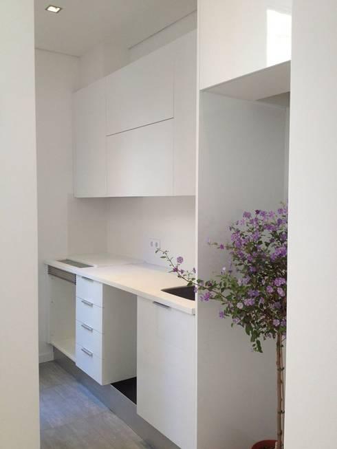 Visconde de Juromenha: Cozinhas modernas por G.R design