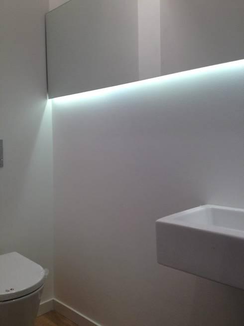 Visconde de Juromenha: Casas de banho modernas por G.R design