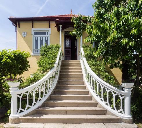 Vista exterior - entrada principal: Casas modernas por Clínica de Arquitectura