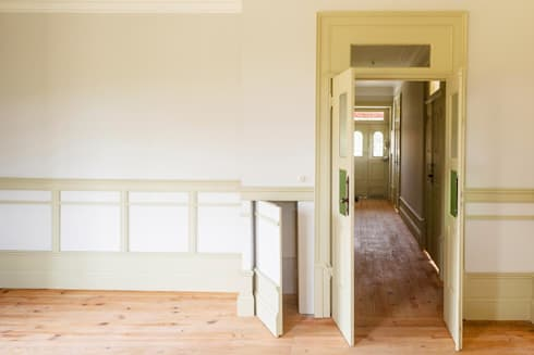 Vista interior - sala e corredor: Salas de estar modernas por Clínica de Arquitectura