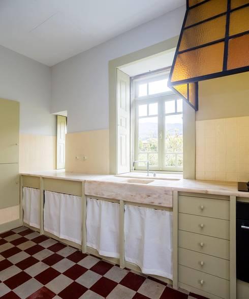 Vista interior - cozinha: Cozinhas  por Clínica de Arquitectura
