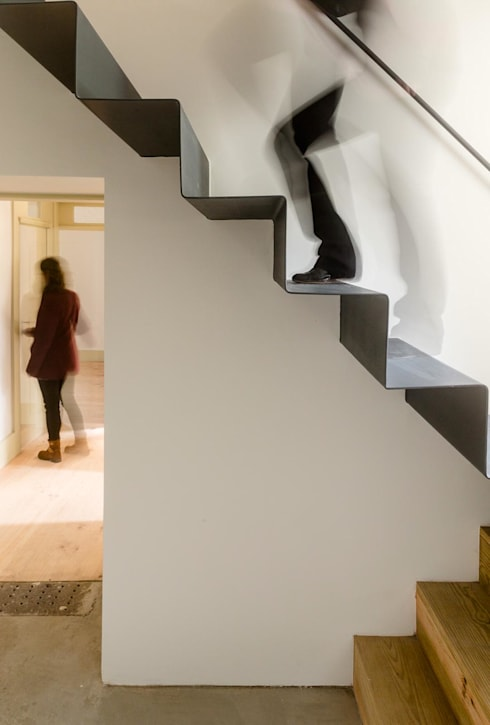 Vista interior - escadas: Corredores e halls de entrada  por Clínica de Arquitectura