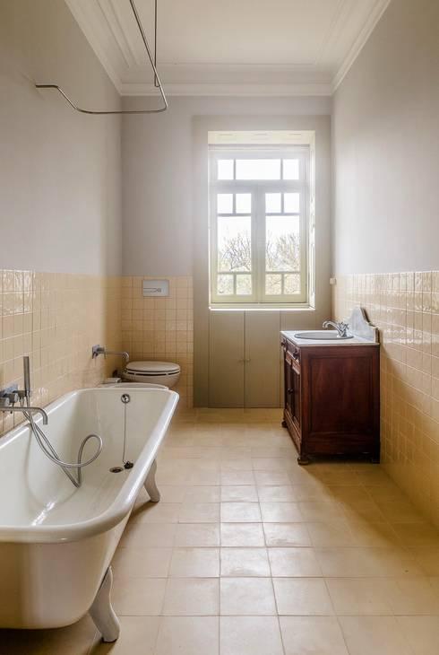 Vista interior - instalação sanitária: Casas de banho  por Clínica de Arquitectura