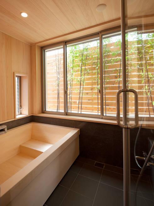 桜を望む家: 一級建築士事務所 Eee works が手掛けた浴室です。